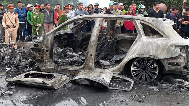 Chuyên gia lý giải nguyên nhân chiếc Mercedes bốc cháy dữ dội sau tai nạn tại Hà Nội - Ảnh 1.