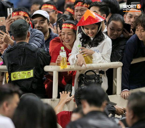 Bạn gái Văn Toàn kể chuyện là con rơi, ở Hà Nội bao năm bố mẹ không lên thăm nhưng lại ra tận sân xem bóng đá - Ảnh 3.