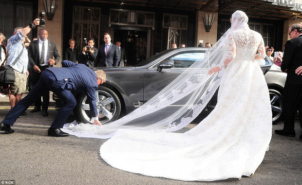 Cô dâu và sự cố váy cưới để đời: Váy tiền tỷ bị mắc kẹt vào bánh xe ô tô, có người còn bị cháy váy - Ảnh 10.
