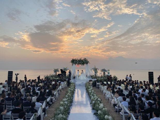 Cô dâu và sự cố váy cưới để đời: Váy tiền tỷ bị mắc kẹt vào bánh xe ô tô, có người còn bị cháy váy - Ảnh 3.
