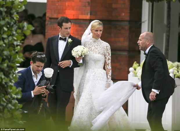 Cô dâu và sự cố váy cưới để đời: Váy tiền tỷ bị mắc kẹt vào bánh xe ô tô, có người còn bị cháy váy - Ảnh 4.