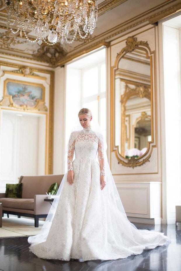 Cô dâu và sự cố váy cưới để đời: Váy tiền tỷ bị mắc kẹt vào bánh xe ô tô, có người còn bị cháy váy - Ảnh 5.