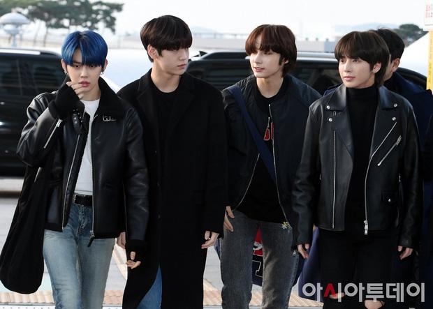 Cập nhật dàn sao từ Hàn sang Việt Nam dự AAA: MOMOLAND, NUEST, em trai BTS vừa khởi hành, sân bay đầy không khí đau buồn - Ảnh 2.