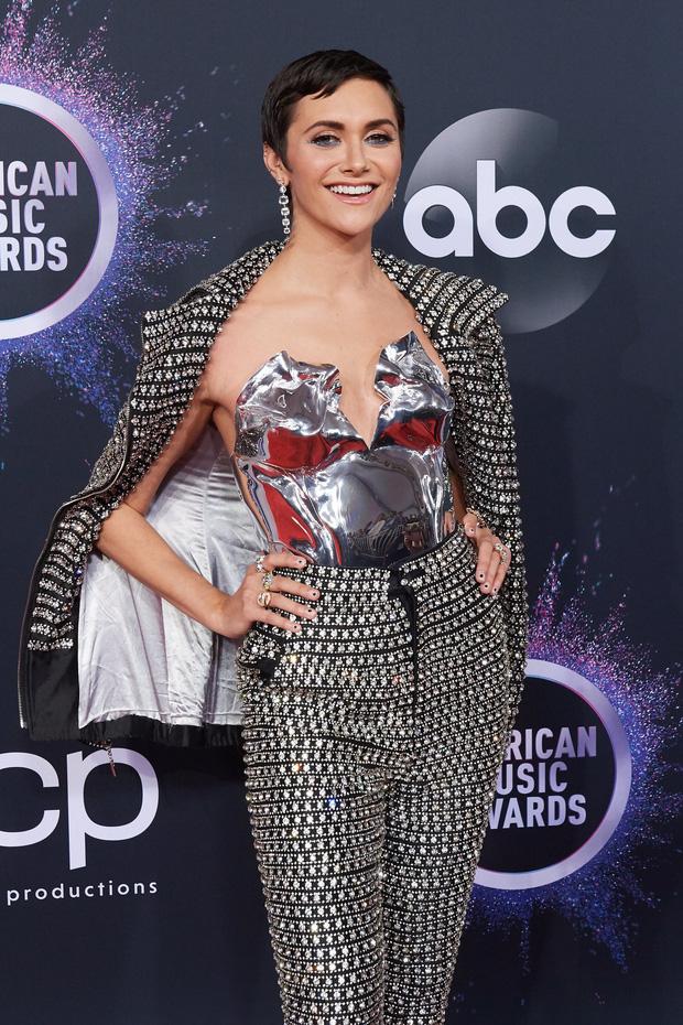 Thảm đỏ AMA 2019: Selena khoe ngực căng đầy bên Taylor Swift đẹp ná thở, Shawn - Camila lại gây tiếc nuối - Ảnh 22.