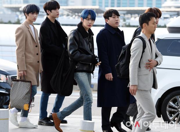 Cập nhật dàn sao từ Hàn sang Việt Nam dự AAA: MOMOLAND, NUEST, em trai BTS vừa khởi hành, sân bay đầy không khí đau buồn - Ảnh 1.
