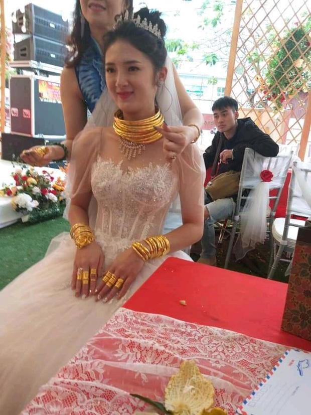 Xuýt xoa với hình ảnh cô dâu đeo vàng nặng trĩu cổ và kín 2 bàn tay trong ngày cưới ở Cao Bằng - Ảnh 3.