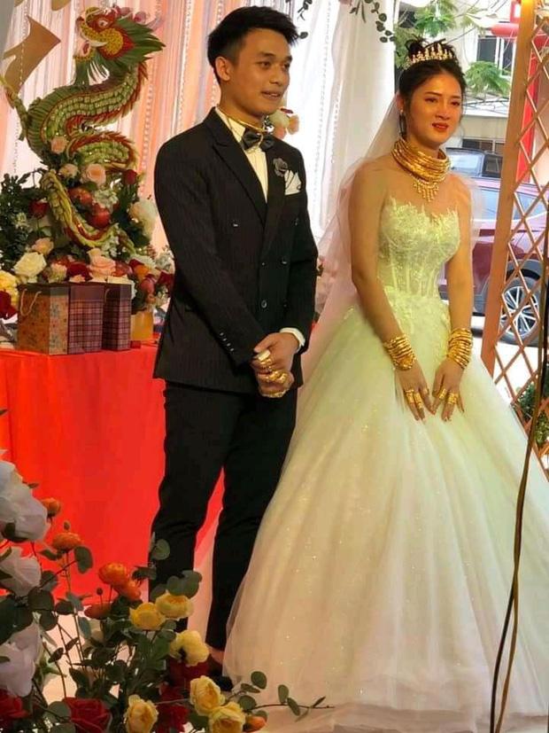 Xuýt xoa với hình ảnh cô dâu đeo vàng nặng trĩu cổ và kín 2 bàn tay trong ngày cưới ở Cao Bằng - Ảnh 1.