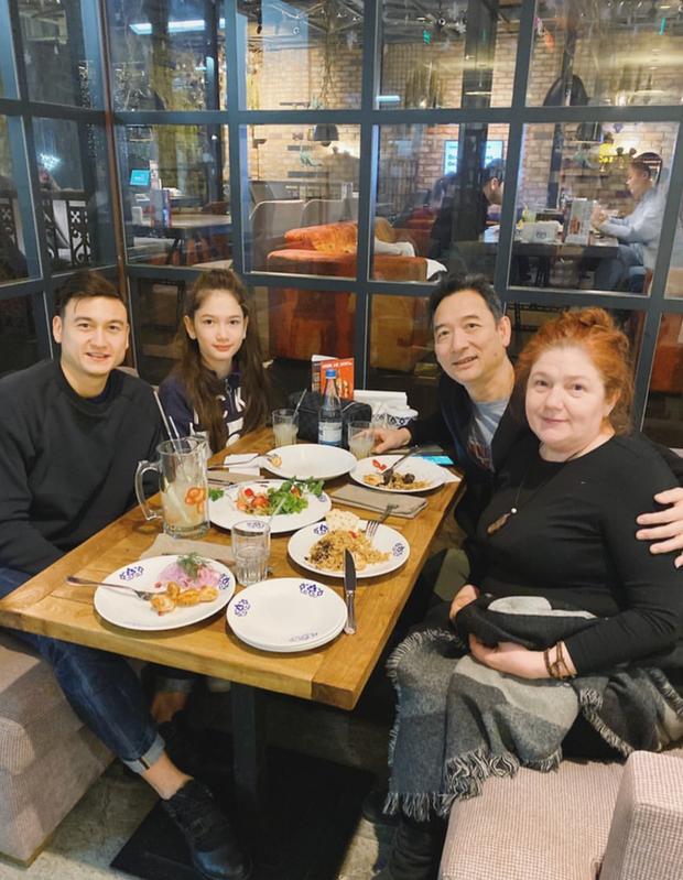 Chỉ 1 bức ảnh Lâm Tây khoe lấy hết nét đẹp của bố và mẹ, giờ mới biết ý nghĩa chiếc bánh nướng thủ môn được nhận ở sân bay - Ảnh 1.