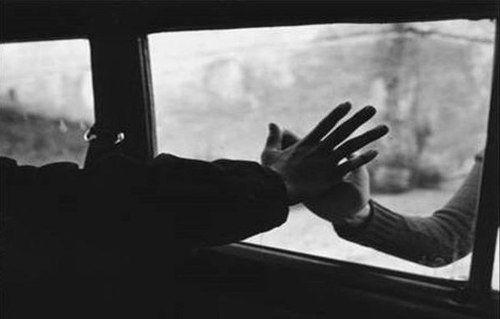 Anh đi nhé, thay cho lời từ biệt Gửi lại cho em ngôi sao sớm dẫn đường Khi mất lối, em cũng đừng tuyệt vọng Cả hai đứa mình đều đáng được yêu thương… Có điều gì sao không nói cùng anh - Trần Việt Anh