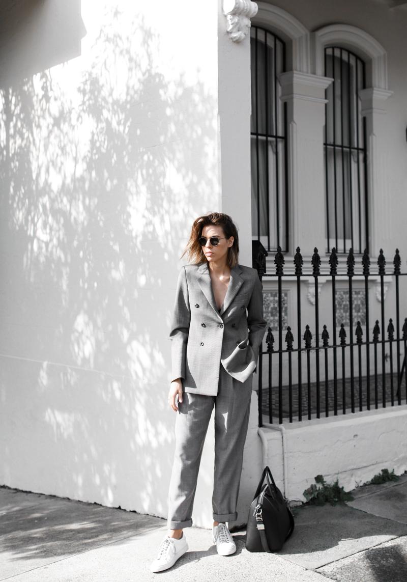 phối suit cùng sneakers trắng