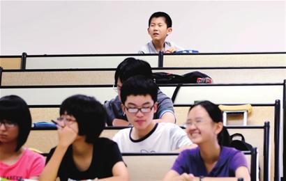 Hoàn thành chương trình tiểu học và trung học trước 10 tuổi, cậu bé thần đồng bỏ dở con đường đại học vì sự hiếu động của mình - Ảnh 2.