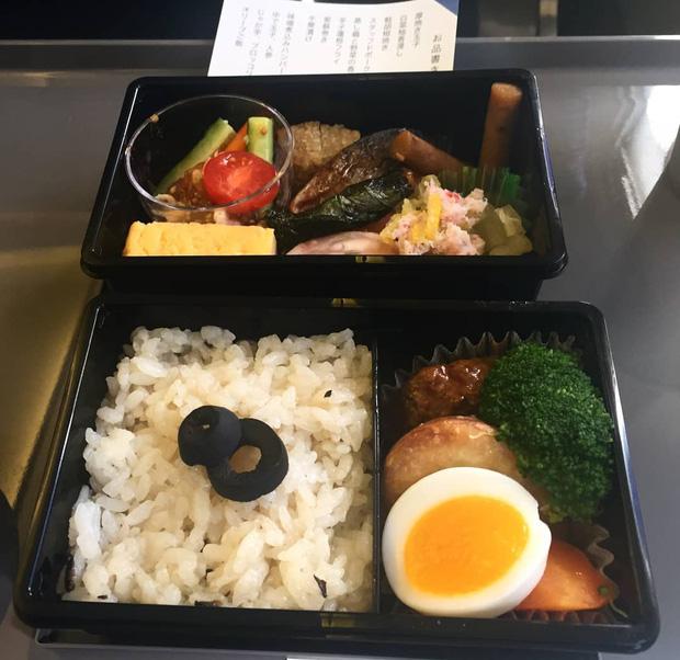 Nhìn phát thèm với suất ăn của các hãng bay trên thế giới, có hãng còn phục vụ cả tôm hùm hoành tráng như nhà hàng 5 sao - Ảnh 7.