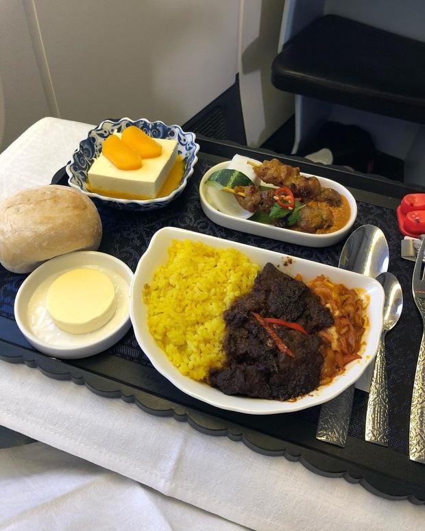 Nhìn phát thèm với suất ăn của các hãng bay trên thế giới, có hãng còn phục vụ cả tôm hùm hoành tráng như nhà hàng 5 sao - Ảnh 6.