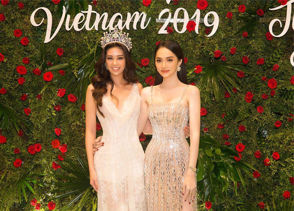 Ngọc Trinh mới mặc chụp hình, Hương Giang đã diện lên thảm đỏ: Cùng một bộ váy  - Ảnh 2.