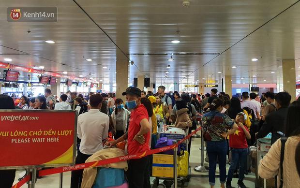 Nỗi ám ảnh chiều 30 Tết ở sân bay Tân Sơn Nhất: Nhiều chuyến bay delay, hàng ngàn người nằm vật vờ chờ đợi - Ảnh 1.