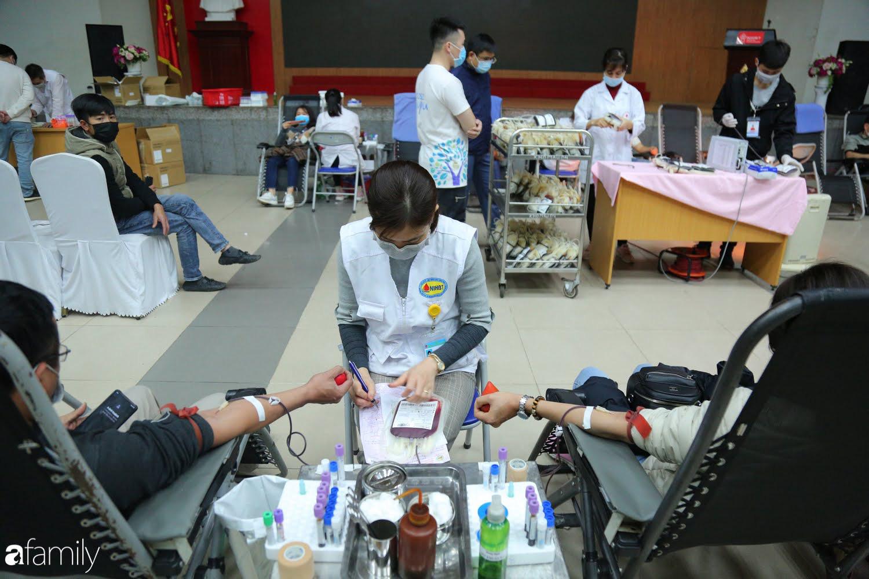 """Chàng trai """"Vũ Hán"""" đến bệnh viện tại Hà Nội tự nguyện hiến máu khiến nhiều người giật mình thảng thốt - Ảnh 1."""
