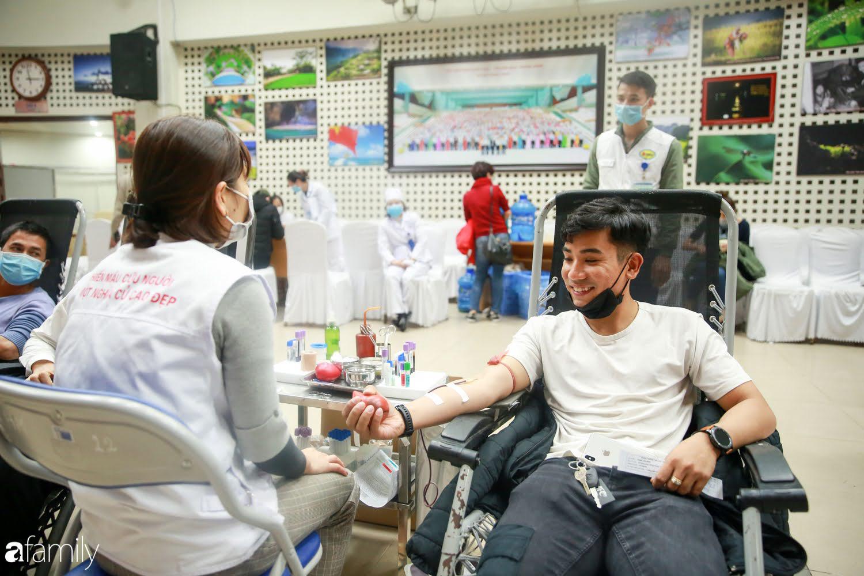 """Chàng trai """"Vũ Hán"""" đến bệnh viện tại Hà Nội tự nguyện hiến máu khiến nhiều người giật mình thảng thốt - Ảnh 15."""