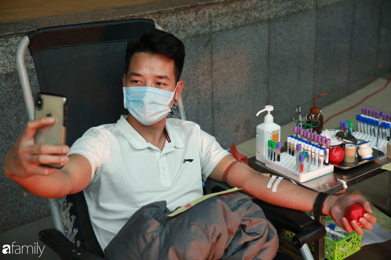 """Chàng trai """"Vũ Hán"""" đến bệnh viện tại Hà Nội tự nguyện hiến máu khiến nhiều người giật mình thảng thốt - Ảnh 10."""