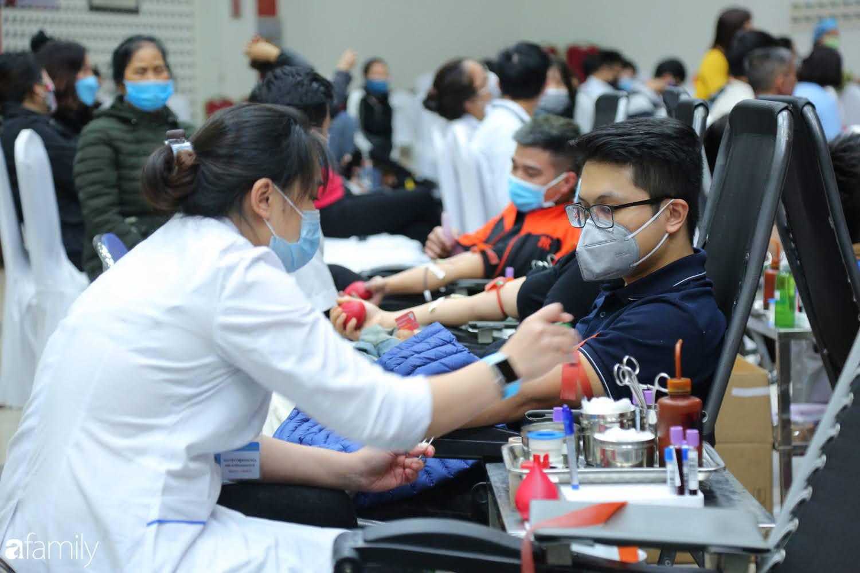 """Chàng trai """"Vũ Hán"""" đến bệnh viện tại Hà Nội tự nguyện hiến máu khiến nhiều người giật mình thảng thốt - Ảnh 9."""