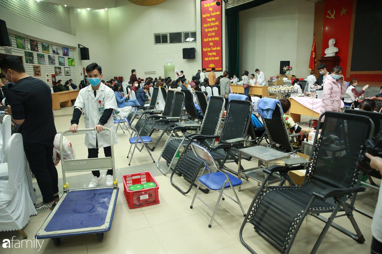 """Chàng trai """"Vũ Hán"""" đến bệnh viện tại Hà Nội tự nguyện hiến máu khiến nhiều người giật mình thảng thốt - Ảnh 3."""