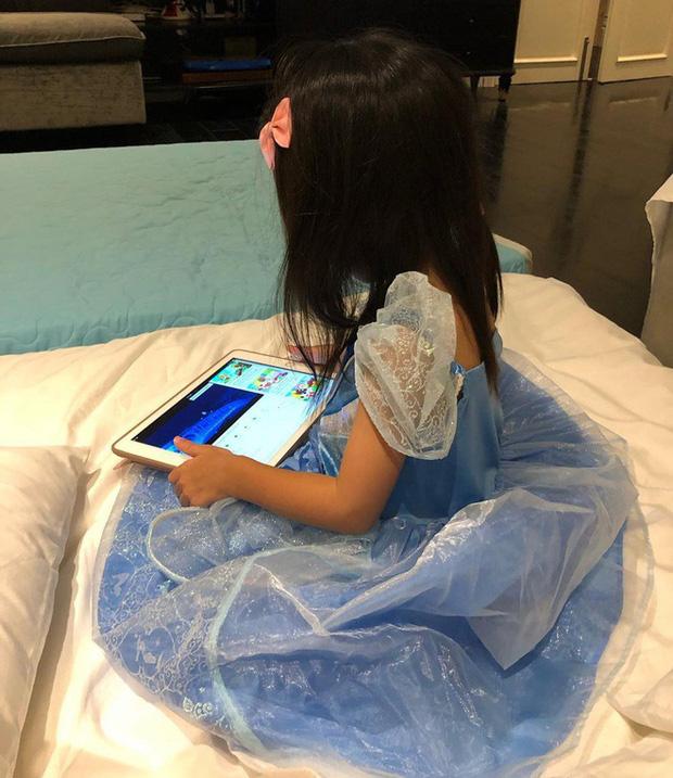Tiểu công chúa của Vbiz đích thị là con gái Hà Tăng khi được mẹ sắm cho cả loạt váy bồng xòe cổ tích - Ảnh 4.