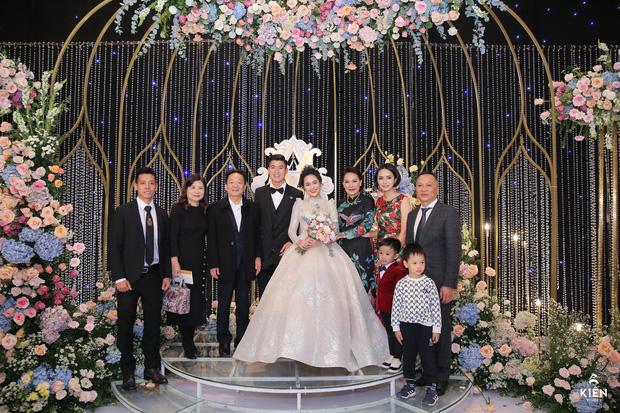 2 thiếu gia nhà bầu Hiển dự đám cưới Duy Mạnh - Quỳnh Anh, khí chất tổng tài khiến dân tình trầm trồ - Ảnh 4.