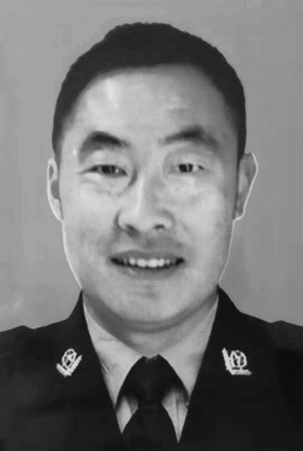 Nhân viên cảnh sát qua đời vì kiệt sức sau nhiều ngày chiến đấu không ngừng nghỉ với dịch virus corona - Ảnh 1.