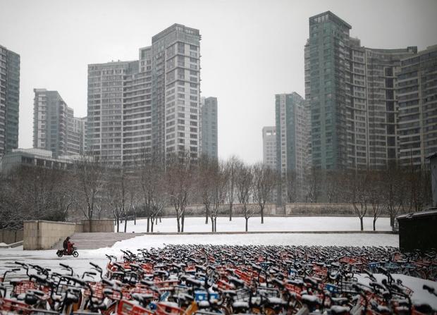 Cảnh tượng hiếm thấy: Hàng triệu người trở lại làm việc nhưng các siêu đô thị Trung Quốc vẫn chìm trong hôn mê vì dịch Covid-19 - Ảnh 2.