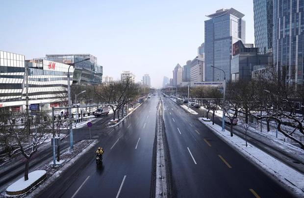Cảnh tượng hiếm thấy: Hàng triệu người trở lại làm việc nhưng các siêu đô thị Trung Quốc vẫn chìm trong hôn mê vì dịch Covid-19 - Ảnh 1.