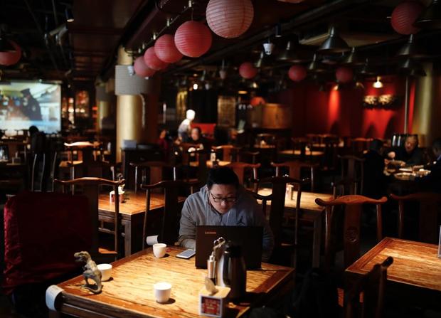 Cảnh tượng hiếm thấy: Hàng triệu người trở lại làm việc nhưng các siêu đô thị Trung Quốc vẫn chìm trong hôn mê vì dịch Covid-19 - Ảnh 12.