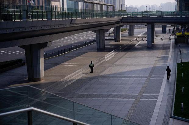 Cảnh tượng hiếm thấy: Hàng triệu người trở lại làm việc nhưng các siêu đô thị Trung Quốc vẫn chìm trong hôn mê vì dịch Covid-19 - Ảnh 8.