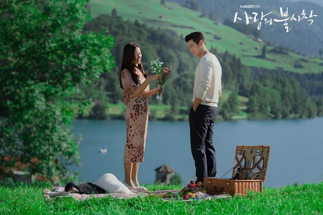 """""""Crash Landing On You"""": Bộ ảnh siêu ngọt ngào của Hyun Bin và Son Ye Jin, tiết lộ ý nghĩa loài hoa xuất hiện ở cuối phim - Ảnh 11."""