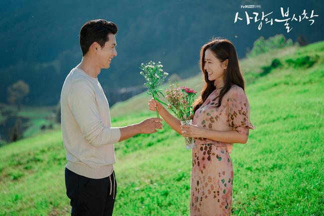 """""""Crash Landing On You"""": Bộ ảnh siêu ngọt ngào của Hyun Bin và Son Ye Jin, tiết lộ ý nghĩa loài hoa xuất hiện ở cuối phim - Ảnh 2."""