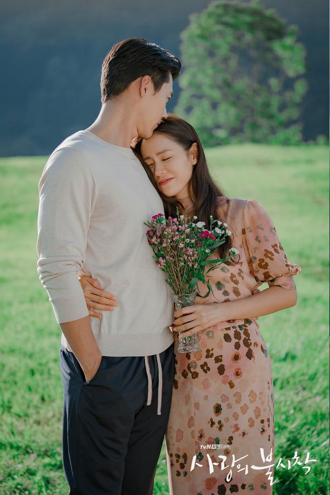 """""""Crash Landing On You"""": Bộ ảnh siêu ngọt ngào của Hyun Bin và Son Ye Jin, tiết lộ ý nghĩa loài hoa xuất hiện ở cuối phim - Ảnh 4."""