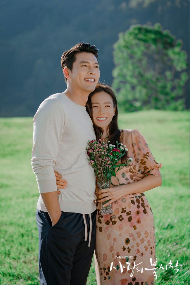 """""""Crash Landing On You"""": Bộ ảnh siêu ngọt ngào của Hyun Bin và Son Ye Jin, tiết lộ ý nghĩa loài hoa xuất hiện ở cuối phim - Ảnh 5."""