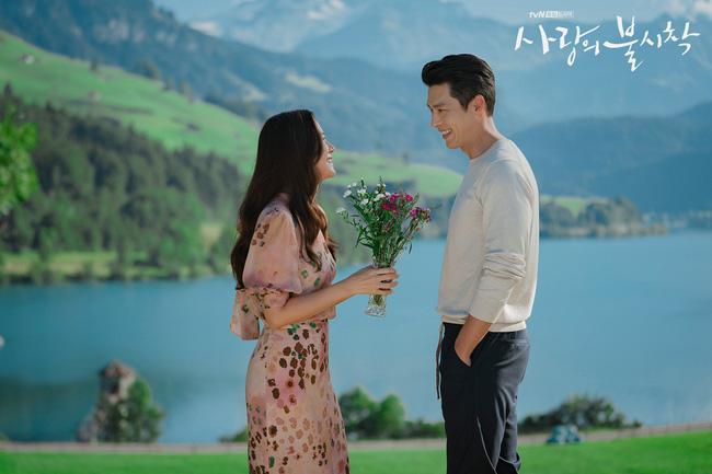 """""""Crash Landing On You"""": Bộ ảnh siêu ngọt ngào của Hyun Bin và Son Ye Jin, tiết lộ ý nghĩa loài hoa xuất hiện ở cuối phim - Ảnh 10."""