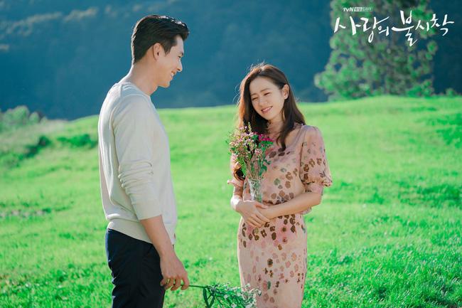"""""""Crash Landing On You"""": Bộ ảnh siêu ngọt ngào của Hyun Bin và Son Ye Jin, tiết lộ ý nghĩa loài hoa xuất hiện ở cuối phim - Ảnh 3."""