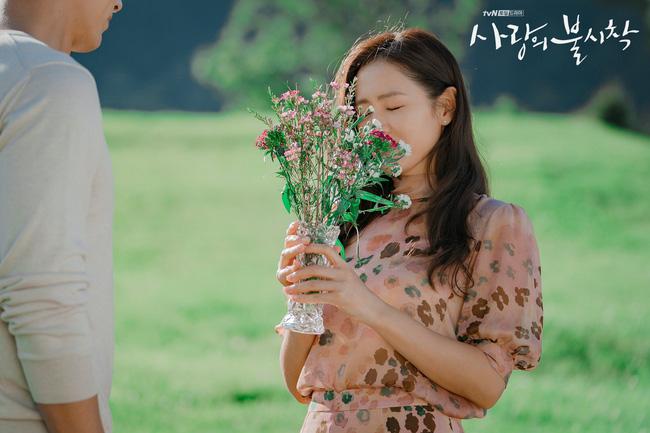 """""""Crash Landing On You"""": Bộ ảnh siêu ngọt ngào của Hyun Bin và Son Ye Jin, tiết lộ ý nghĩa loài hoa xuất hiện ở cuối phim - Ảnh 9."""