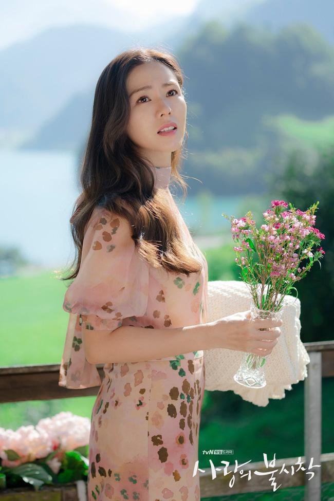 """""""Crash Landing On You"""": Bộ ảnh siêu ngọt ngào của Hyun Bin và Son Ye Jin, tiết lộ ý nghĩa loài hoa xuất hiện ở cuối phim - Ảnh 6."""