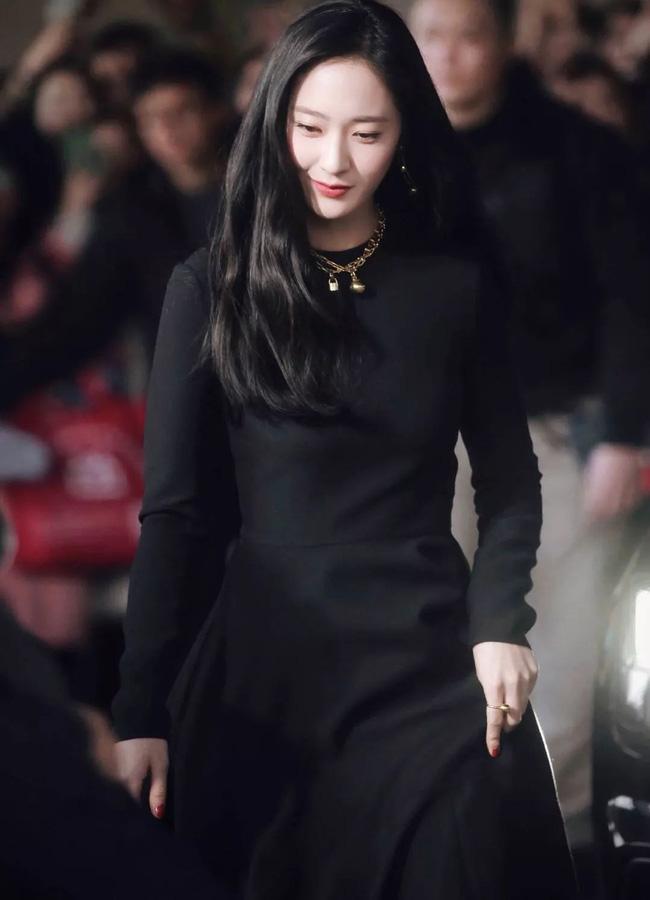 Không cần váy áo sặc sỡ đính sương sa, mỹ nhân Hoa - Hàn chỉ diện đầm đen huyền bí là đã đẹp không thốt nên lời - Ảnh 2.