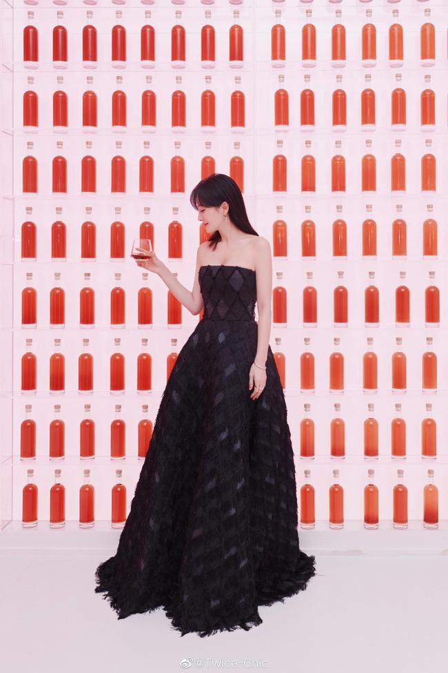 Không cần váy áo sặc sỡ đính sương sa, mỹ nhân Hoa - Hàn chỉ diện đầm đen huyền bí là đã đẹp không thốt nên lời - Ảnh 6.