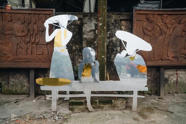 Chùm ảnh: Khi bãi tập kết rác ven sông Hồng trở thành 16 tác phẩm nghệ thuật đương đại - Ảnh 14.