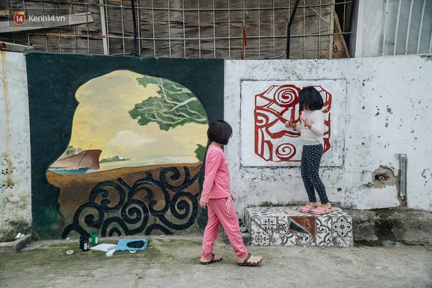 Chùm ảnh: Khi bãi tập kết rác ven sông Hồng trở thành 16 tác phẩm nghệ thuật đương đại - Ảnh 6.