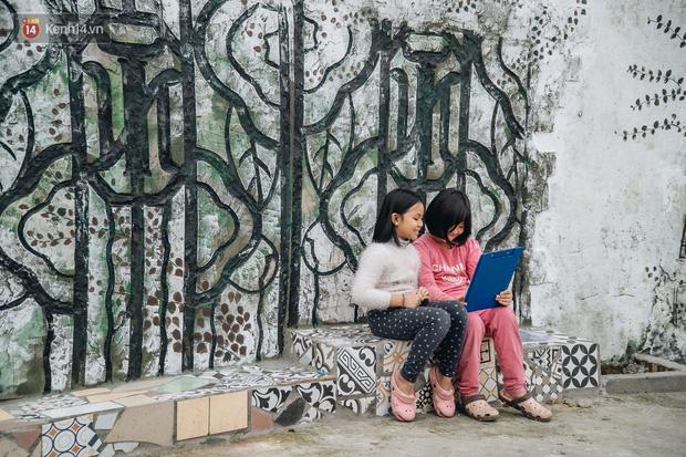 Chùm ảnh: Khi bãi tập kết rác ven sông Hồng trở thành 16 tác phẩm nghệ thuật đương đại - Ảnh 8.