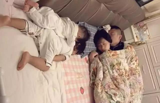 """Bà nội chụp lại cảnh cả nhà ngủ say khiến cư dân mạng cười bò: Bố mẹ mới là """"chân ái"""", chúng con chỉ là râu ria! - Ảnh 1."""