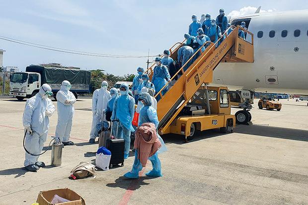 Vụ 80 người từ tâm dịch Daegu đến Đà Nẵng: 1 nam thanh niên bị sốt, 20 khách Hàn Quốc tạm chấp nhận cách ly tại bệnh viện - Ảnh 1.