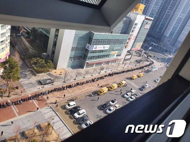 Tại tâm dịch virus corona ở Hàn Quốc lúc này: Người dân rồng rắn xếp hàng dài trăm mét mua khẩu trang - Ảnh 5.
