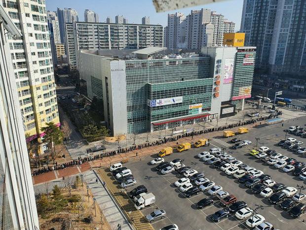 Tại tâm dịch virus corona ở Hàn Quốc lúc này: Người dân rồng rắn xếp hàng dài trăm mét mua khẩu trang - Ảnh 2.