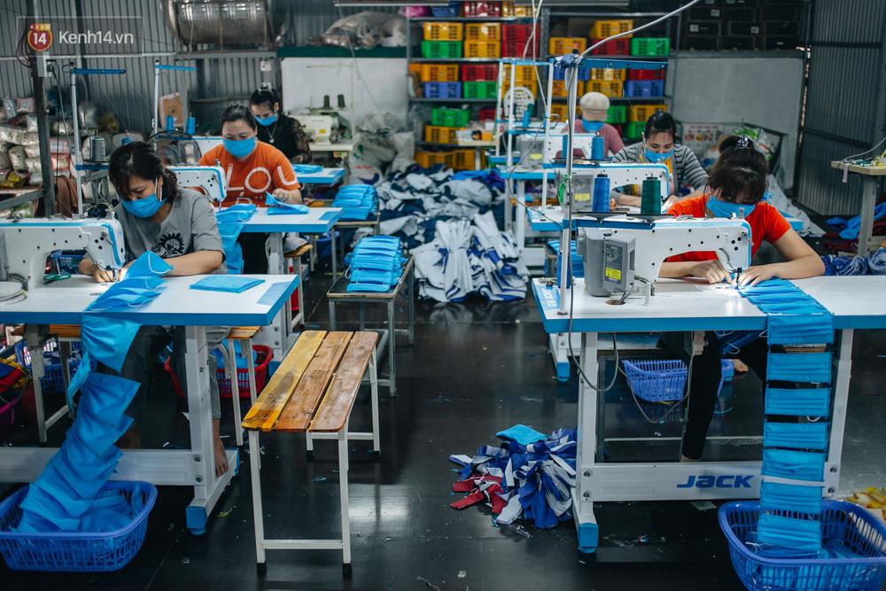 Một phụ huynh ở Hà Nội bỏ hơn 200 triệu may 40.000 khẩu trang phát miễn phí cho bà con và những điều tử tế tiếp nối - Ảnh 2.