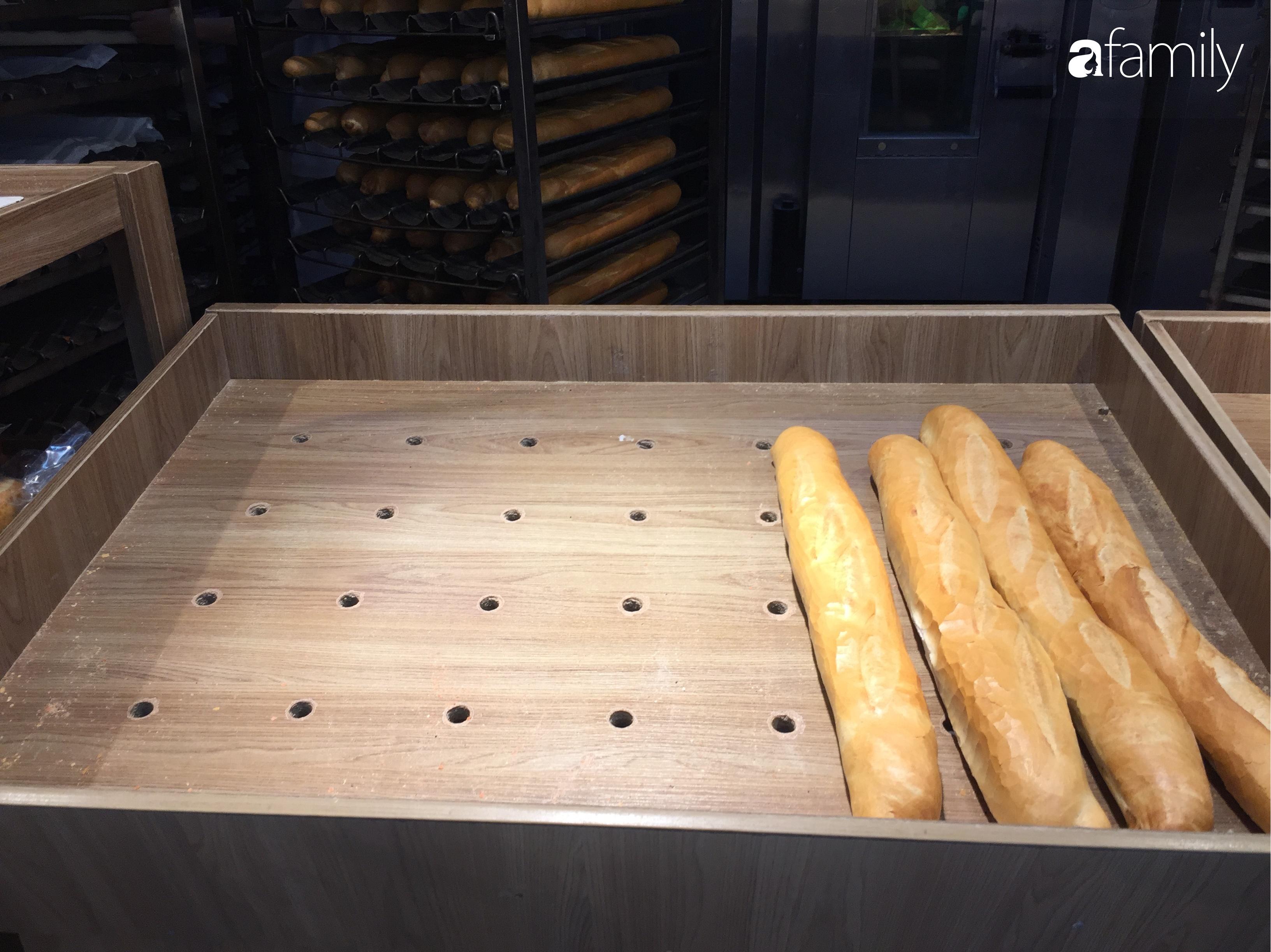 Hà Nội: Người tiêu dùng đổ xô đi mua bánh mì thanh long do hương vị giòn xốp ngậy mà giá rẻ chỉ bằng 1/3 bánh mì truyền thống - Ảnh 7.